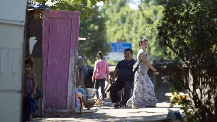 Un campement de Roms, en août 2013, porte d'Aubervilliers à Paris. (MIGUEL MEDINA / AFP)