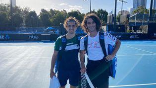 Le tennisman français Pierre-Hugues Herbert (à gauche) à l'issue d'un entraînement à Melbourne (Australie) avec le Sud-Africain Lloyd Harris, le 19 janvier 2021 (BENJAMIN BALLERET)