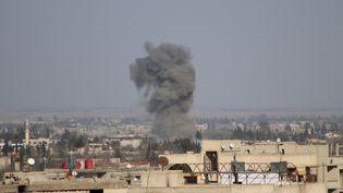 Bombardement sur la Ghouta orientale, aux portes de Damas (Syrie), le 2 mars 2018. (SAMIR TATIN / ANADOLU AGENCY / AFP)