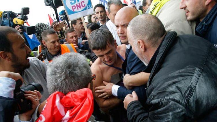 (Le directeur des ressources humaines Xavier Broseta, torse nu, chemise déchirée, pendant le CCE © REUTERS / Jacky Naegelen)