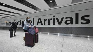 Des voyageurs arrivant à l'aéroport d'Heathrow à Londres (Royaume-Uni) le 14 février 2021. (JUSTIN TALLIS / AFP)