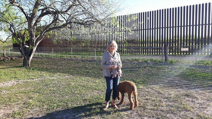Eloisa Tamez, comme une centaine d'autres habitants du secteur de Brownsville, a dû céder une partie de son terrain, pour la constructrion de labarrière en 2008. (MATHILDE LEMAIRE / RADIO FRANCE)