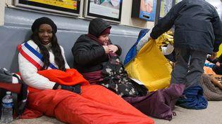 Mama Sy, adjointe de la mairie d'Etampes (Essonne), s'apprête à passer la nuit gare d'Austerlitz à Paris, le 28 février 2018, pour sensibiliser sur les conditions de vie des sans-abri. (MAXPPP)