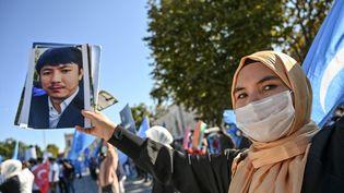 Une manifestante affiche son soutien àla minorité musulmane ouïghoure, sur la place Beyazid, le 1er octobre 2020 à Istanbul (Turquie). (OZAN KOSE / AFP)