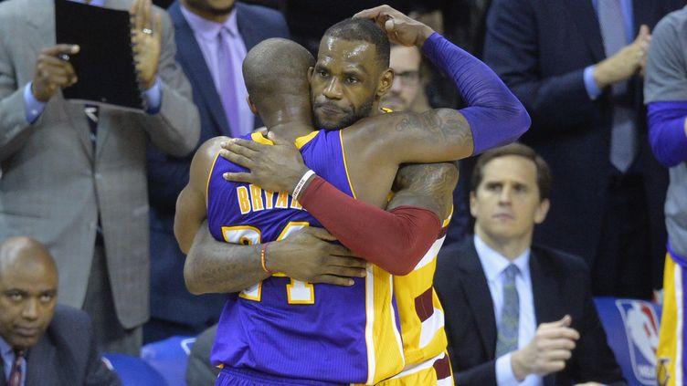 Kobe Bryant (Lakers) dans les bras de LeBron James (Cleveland). (? USA TODAY SPORTS / REUTERS / X02835)