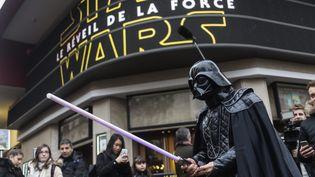 """Des fans attendent la première projection au public du septième épisode de """"Star Wars"""",""""Le Réveil de la Force"""", mercredi 16 décembre au Grand Rex (Paris). (MAXPPP)"""