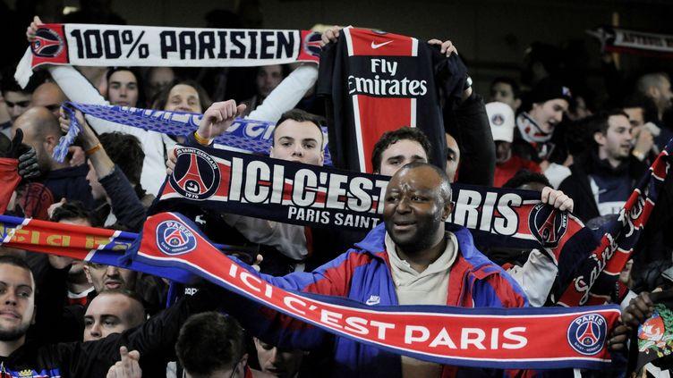 Des supporters du PSG célèbrent la qualification en Ligue des champions contre Chelsea, au stade de Stamford Bridge, à Londres (Royaume-Uni), le 11 mars 2015. (FRANCESCA CECIARINI / SIPA)