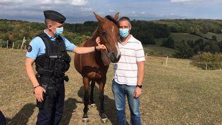 Sebastien gère une pension de 13 chevaux. Un gendarme en patrouille lui rend visite, le 24 septembre 2020. (DAVID DI GIACOMO / RADIO FRANCE)