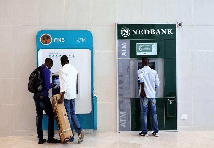 Distributeurs d'argent près de Johannesburg (Afrique du Sud) le 28 avril 2016. (REUTERS/Siphiwe Sibeko)