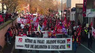 La mobilisation contre la réforme des retraites a été moins forte un peu partout en province, mardi 10 décembre. La police a compté 339 000 manifestants, contre 806 000 jeudi 5 décembre. Dans les petites villes, les défilés, réduits de moitié, rassemblaient des manifestants aux motivations variées. Reportage à Albi (Tarn). (france 2)