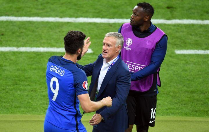 Steve Mandandaest debout au bord du terrain, après l'ouverture du score de la France contre la Roumanie, le 10 juin 2016 à Saint-Denis (Seine-Saint-Denis). (MARIUS BECKER / DPA / AFP)