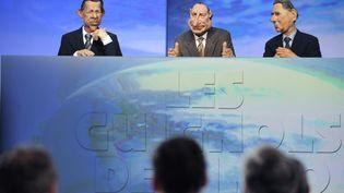 """Les marionnettes des """"Guignols de l'info"""" sont manipulées, le 16 mars 2009, sur le plateau du """"Grand journal"""", à Paris. (STEPHANE DE SAKUTIN / AFP)"""