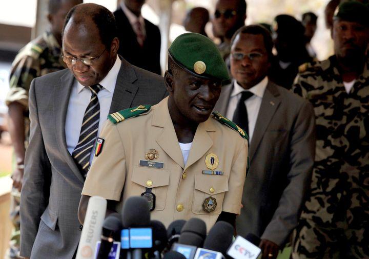 Le chef de la junte militaire malienne, le capitaine Amadou Sanogo, s'adresse à la presse à Bamako (Mali), le 1er avril 2012. (ISSOUF SANOGO / AFP)