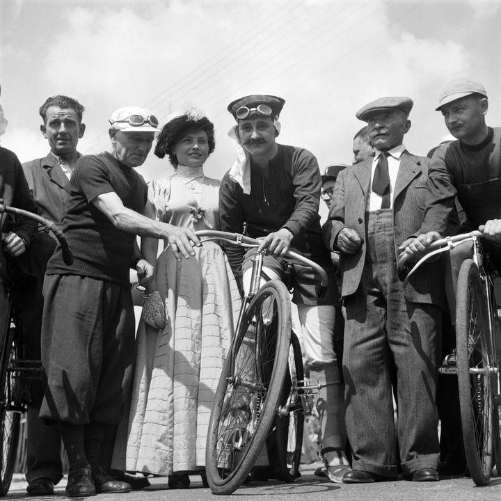 Maurice Garin, vainqueur du premier Tour de France (deuxième à droite) et Eugène Christophe, premier porteur du maillot jaune (deuxième à gauche) posent au milieu de cyclistes habillés comme au début du XXe siècle, le 27 1953 à Montgeron. (INTERCONTINENTALE / AFP)