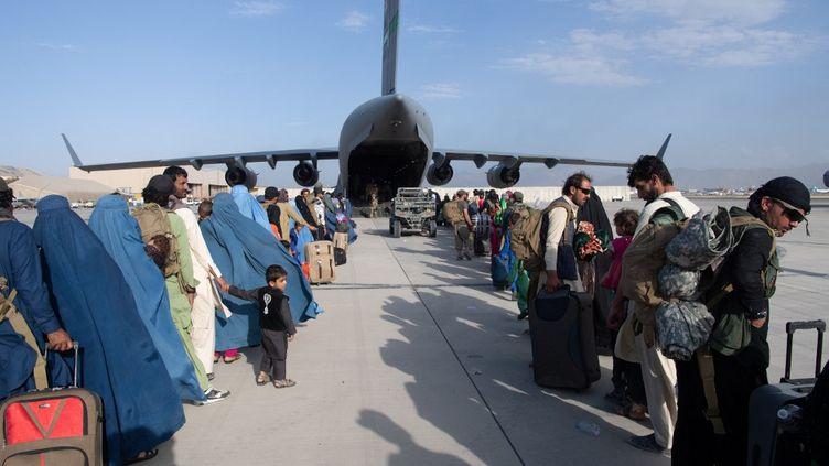 Un avion de l'US Air Force évacue des personnes d'Afghanistan à l'aéroport international Hamid Karzai (HKIA), le 25 août 2021. (DONALD R. ALLEN / US AIR FORCE / AFP)