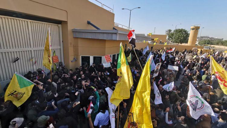 Des manifestants rassemblés devant l'ambassade américaine, le 31 décembre 2019 à Bagdad (Irak). (THAIER AL-SUDANI / REUTERS)