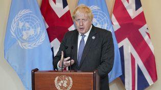 Le Premier ministre, Boris Johnson, parle à des journalistes après un meeting avec le présidentde l'ONU le 20 septembre 2021 à New York (Etats-Unis). (JOHN MINCHILLO / AFP)