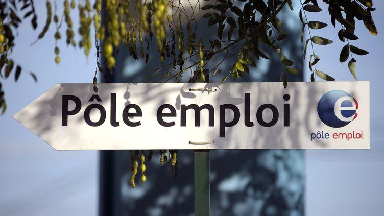 Un panneau oriente les personnes vers l'agence Pôle emploi de Montpellier (Hérault), le 24 octobre 2013. (PASCAL GUYOT / AFP)