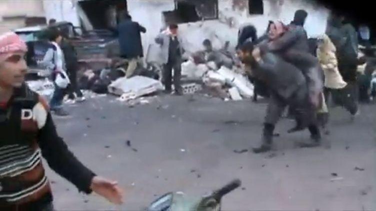 Des dizaines de civils ont été tués dans un bombardement aérien à proximité d'une file d'attente devant une boulangerie de Halfaya, dans la province de Hama, une localité rebelle du centre de la Syrie, le 23 décembre 2012. (EVN / FRANCETV INFO)