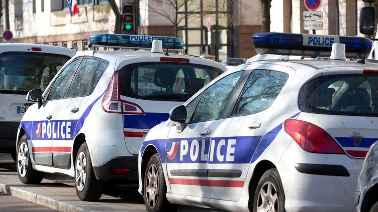 Des véhicules de police dans le 4e arrondissement de Paris, le 25 mars 2019. (GILLES TARGAT / AFP)