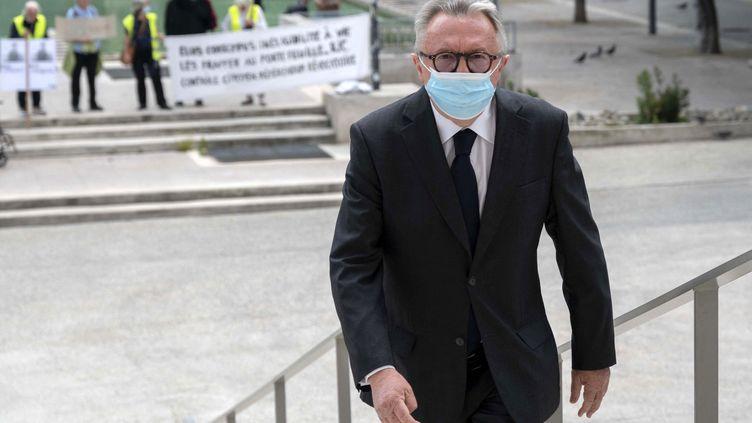 Le sénateur Jean Noël Guérini se dirige vers letribunal correctionnel de Marseille, le vendredi 28 mai 2021. (CHRISTOPHE SIMON / AFP)