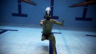 Le nageur brésilien Daniel Dias pose sous l'eau pendant l'entraînement, le 22 juin 2016, à Sao Paulo. (NACHO DOCE / REUTERS)