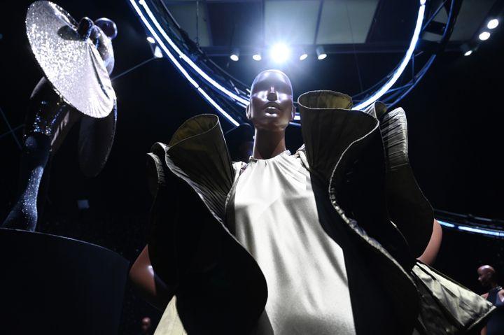 """Rétrospective """"Pierre Cardin : Future Fashion"""" au Brooklyn Museum de New York, le 19 juillet 2019. (TIMOTHY A. CLARY / AFP PHOTO)"""