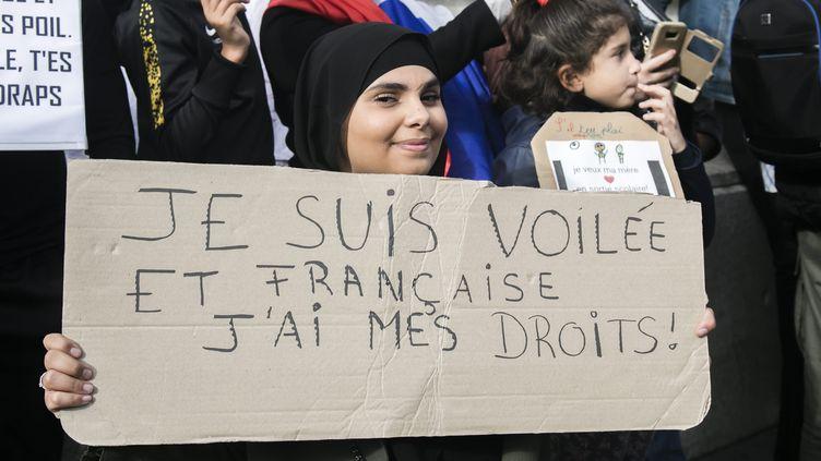 Une femme portant le voile manifeste contre l'islamophobie, le 19 octobre 2019, place de la République à Paris. (MAXPPP)