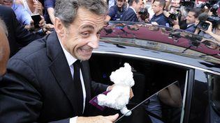 L'ancien président Nicolas Sarkozy sort de son déjeuner avec des élus UMP, à Nice (Alpes-Maritimes), le 27 septembre 2013. (OLIVIER ANRIGO / REUTERS)
