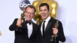 "Tom McCarthy et son scénariste Josh Singer célèbrent la victoire de ""Spotlight""  (Jordan Strauss/AP/SIPA)"