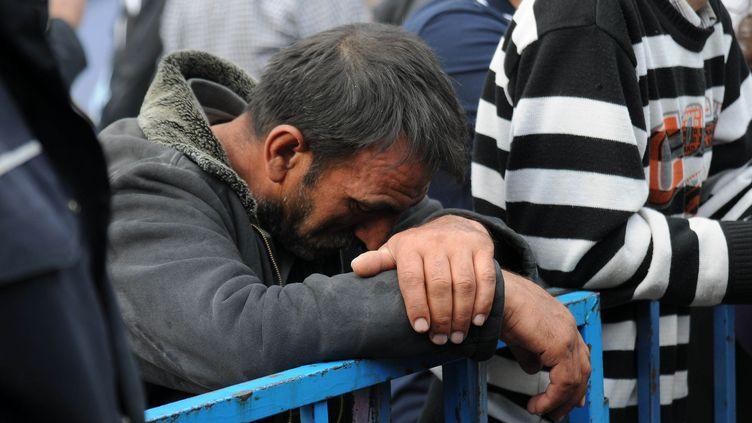 Un proche de mineurs patiente près de la mine de Soma (Turquie), le 14 mai 2014. (EGE GURUN / ANADOLU AGENCY / AFP)