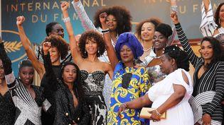 16 actrices françaises noires et métisses ont monté les marches du Festival mercredi après-midi pour prostester contre la sous-représentation des personnes de couleur noire dans le cinéma français.  (VALERY HACHE / AFP)