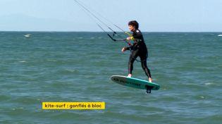 Un adepte du kitesurf a retrouvé les joies de la glisse sur une plage de l'Aude le 17 mai (France 3)