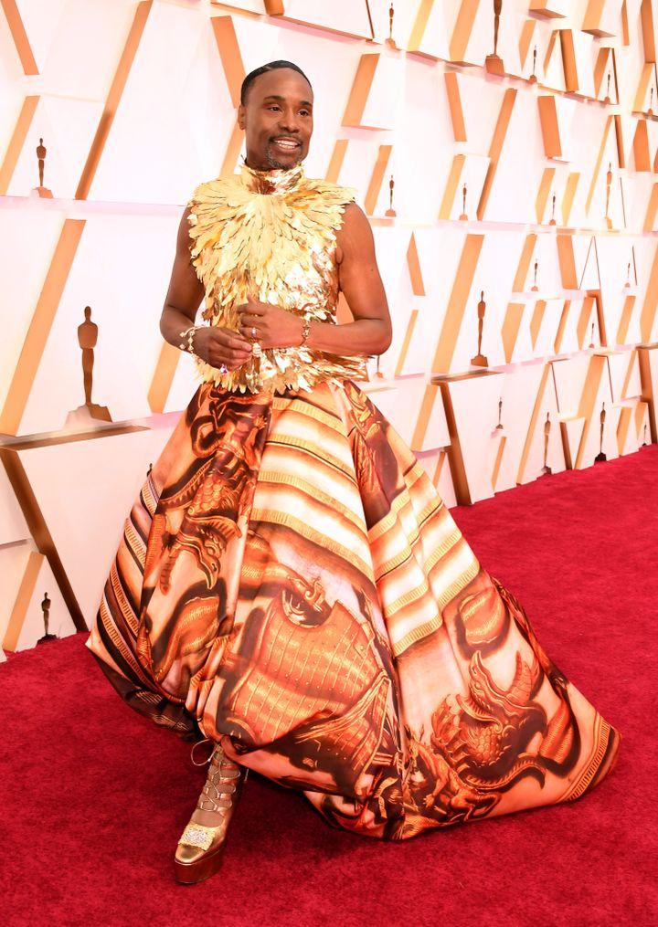 Billy Porter dans une robe audacieuse de Giles Deacon avec un corsage sans manches doré orné de plumes et d'une jupe imprimée.92e cérémonie des Oscars, dans la nuit du dimanche 9 au lundi 10 février à Los Angeles. (JENNIFER GRAYLOCK / MAXPPP)