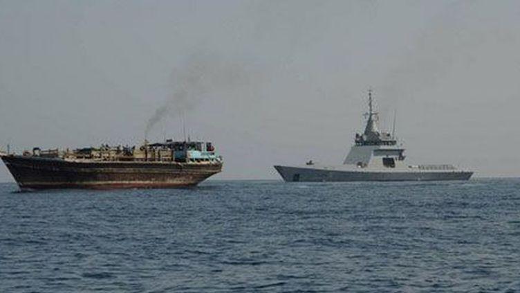 Le patrouilleur de la Marine française, l'«Adroit», accompagne un boutre de réfugiés au large du Yémen. (Ministère de la Défense )