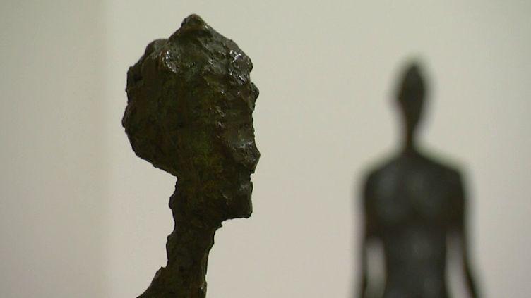 Un bronze de Giacometti avec en arrière plan un bronze de Germaine Richier  (France 3 Culturebox - capture d'écran)