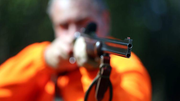 Un chasseur tient son fusil en joue, en France, en 2018 (LIONEL VADAM  / MAXPPP)