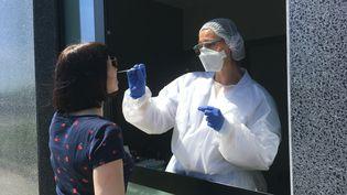 Un test virologique PCR réalisé dans un laboratoire de Metz (Moselle). (CÉCILE SOULÉ / FRANCE-BLEU LORRAINE NORD)