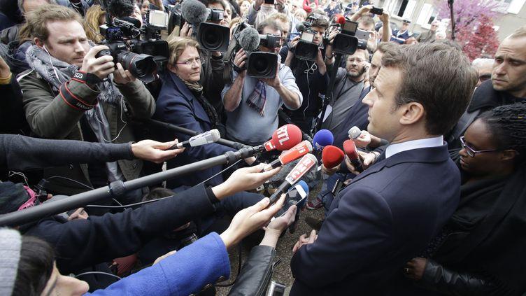 Emmanuel Macron assailli par les journalistes, le 28 avril 2017, lors de sa visite àOradour-sur-Glane (Haute-Vienne), pendant la campagne présidentielle. (PASCAL LACHENAUD / AFP)