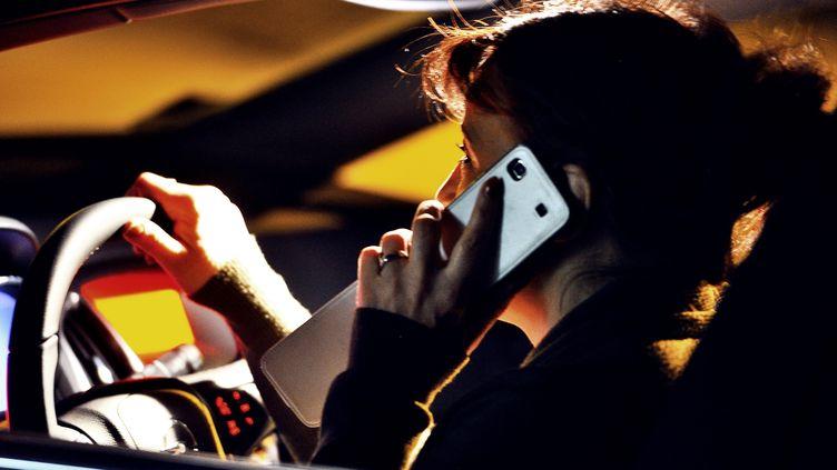 Une personne utilise son portable au volant le 5 janvier 2012 à Godewaersvelde. AFP (PHILIPPE HUGUEN / AFP)