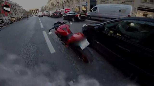 Cette année, le père Noël est aussi justicier. Chris RS, un motard parisien qui filme régulièrement ses balades, s'était déguisé le 12 décembre pour réaliser une vidéo humoristique. Alors qu'il se trouvait rue de Rivoli, une conductrice a grillé un feu rouge et percuté un piéton, rapporte Le Parisien lundi 18 décembre. Puis elle a pris la fuite, sous ses yeux. Le père Noël l'a alors prise en chasse.