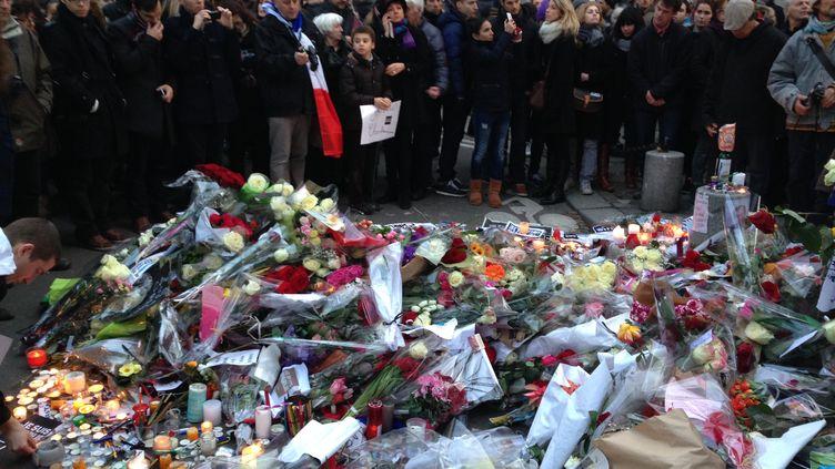 Devant le siège de Charlie Hebdo, à Paris, le 11 janvier 2015. (ILAN CARO / FRANCETV INFO)