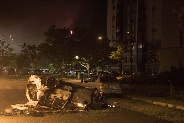 Une voiture brûlée à Malakoff à Nantes après la mort d'un homme tué par un policier, le 4 juillet 2018. (SEBASTIEN SALOM GOMIS / AFP)