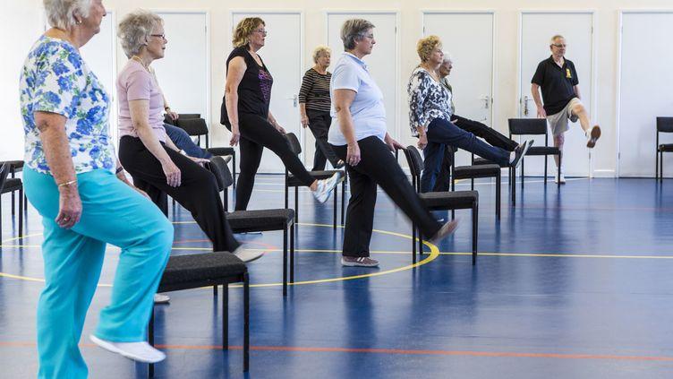 Séance de gymnastique pour personnes agées. (ANDREW AITCHISON / CORBIS NEWS/ GETTYIMAGES)