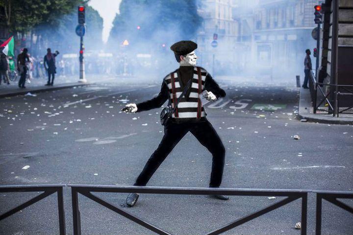 """Détournement façon """"mime"""" d'une photo du photoreporter Laurent Troudé, pour """"Libération"""". (REDDIT / FRANCETV INFO)"""