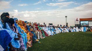 Des militants attendent Sidi Mohamed Ould Boubacar, ancien Premier ministre et candidat à l'élection présidentielle du 22 juin 2019, soutenu par le parti islamiste d'opposition Tewassoul, lors d'une manifestation électorale au stade Mellah de Nouakchott le 30 mars 2019. (CARMEN ABD ALI / AFP)