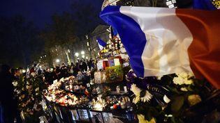 Un drapeau français flotte au vent, place de la République à Paris, le 22 novembre 2015. (LOIC VENANCE / AFP)