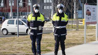 Devant l'hôpital deSchiavonia en Italie, des carabiniers portent un masque pour se protéger du coronavirus Covid-19, le 22 février 2020. (ROBERTO SILVINO / NURPHOTO / AFP)