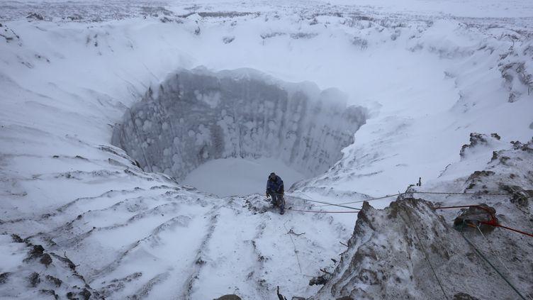 Un cratère formé dans la péninsule de Iamal, en Sibérie (Russie), le 9 novembre 2014. (VLADIMIR PUSHKAREV / REUTERS)