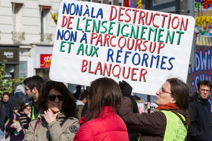 """L'enseignante, militante syndicaleet """"gilet jaune"""" mise en cause, ici lors de la manifestation des """"gilets jaunes"""" du 13 avril 2019 dans la capitale. (AMAURY CORNU / HANS LUCAS / AFP)"""